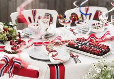 Slik får du et flott bord Aesthetic Room Decor, Holidays And Events, Food Styling, Norway, Table Settings, Champagne, Table Decorations, Interior, Party