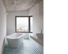 Wie modern maritimes Flair aussehen könnte, erkennt man in diesem Badezimmer sehr gut. https://www.homify.de/ideenbuecher/33109/haus-mit-ungeahnten-qualitaeten