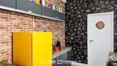 """Saiba como decorar um ambiente de maneira prática e rápida sem gastar muito! Terceiro episódio da série """"PROJETO CRIATIVO"""" A Imprimax forneceu espaço e materiais para que arquitetos e design de interiores esbanjassem sua criatividade, mostrando as possibilidades da utilização de vinil autoadesivos na decoração. Veja o projeto criado pela arquiteta e urbanista JANAINA BARBOSA E Design, Garage Doors, Outdoor Decor, Home Decor, Architects, Environment, Creativity, Log Projects, Ideas"""