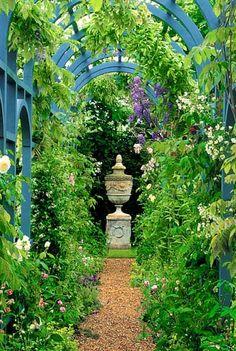 Uvažujete o stavbě zahradní pergoly? Promýšlíte její umístění, velikost, vzhled? Troufnete si vybudovat zahradní stavbu svépomocí? Nabízíme vše důležité o stavbě pergoly se střechou i bez a inspirativní fotogalerii pergol.