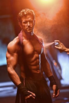 Hrithik Roshan pushes his body to the extreme, shoots an ad within 21 hrs (view pics) Sexy Asian Men, Sexy Men, Hot Men, Bollywood Stars, Bollywood News, Bollywood Updates, Gym Motivation Pictures, Hrithik Roshan Hairstyle, Selena Gomez