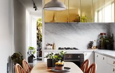 Carrara Marble & brass doors ❤️ Abbotsford home of interior designer Jason Chongue and partner Nathan Smith. Photo – Annette O'Brien. Production – Lucy Feagins / The Design Files. Kitchen Interior, Kitchen Design, Melbourne, Ikea, Turbulence Deco, Gravity Home, The Design Files, Cuisines Design, Best Interior Design