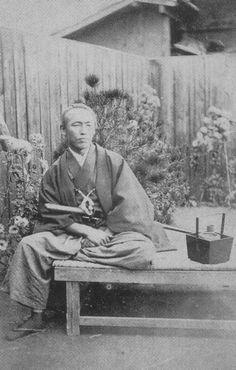 Sakamoto Ryōma was a prominent figure in the movement to overthrow the Tokugawa shogunate during the Bakumatsu period in Japan. Samurai Weapons, Samurai Art, Samurai Warrior, Japanese History, Japanese Culture, Nagoya, Osaka, Geisha, Photos Du