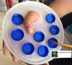 - diy artist's paint palette - inspiration only - plastic bottle caps glued to a round plastic container lid -> cut circle / oval for thumb Upcycled Crafts, Recycled Art, Diy Crafts, Recycled Furniture, Recycled Bottle Crafts, Recycler Diy, Art For Kids, Crafts For Kids, Plastic Bottle Caps