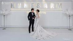 งานแต่งงานสวยเด่นไม่เน้นดอกไม้ พร้อมแบ็คดรอปเก๋ไก๋ จากไอเดียในการ์ด