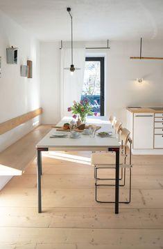 Gartenglück : Ferienwohnungen : Gästehaus berge | Nils Holger Moormann Küchen Design, Interior Design, Conference Room, Dining Table, Furniture, Home Decor, Contemporary Cottage, Dinner Table, Interior Designing