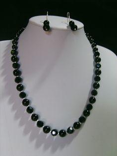 Collar de 60 cm. de largo con perlas de cristal,  cristal austriaco facetado y ganchos de plata.