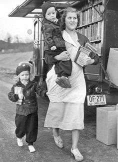 vintagelibraries: Public Library of Cincinnati & Hamilton County, the bookmobile in Columbia Park, circa home to read some books over and over. Rare Photos, Old Photos, Vintage Photos, I Love Books, Books To Read, Mobile Library, Reading Habits, Reading Books, Vintage Library