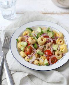 Weinig tijd of zin om te koken? Maak dan een lekkere en simpele tortellini salade. Serveer er eventueel nog wat brood bij en binnen 20 minuten heb je een lekker maaltje op tafel. Tortellini salade met tonijn Recept voor 2…
