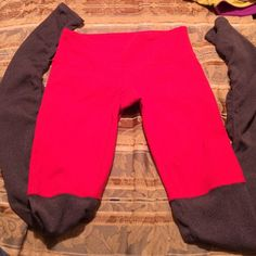 Alo GODDESS LEGGING size small red and gray Used Alo leggings in red and gray. They no longer have the tag but they are a small. No pulling not holes. Alo Pants