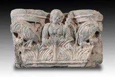 Chapiteau de colonne figurant une femme. En schiste. L : 22 x 35 cm. Art gréco-bouddhique du GANDHARA (Ier-Ve siècle)