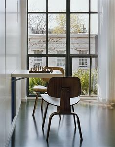 Fascinating Dynamic Interior Home Designs: Minimalist Wall Dining Table With Modern Chairs Dynamic Duplex Apartment Walls, Apartment Interior, York Apartment, Wall Dining Table, Chess Table, Dining Area, Wooden Chess Board, Plywood Chair, Design Moderne