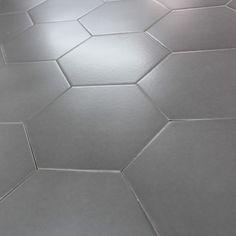 Uncarrelagehexagonal gris moyendesign et tendance pour le sol et le mur   Idéal pour votre intérieur, ce carrelage hexagonal au style rétro tomette, vous permettra de donner un style inédit à votre maison. Disponible en plusieurs couleurs vous pourrez avec faire un patchwork, ou bien l'associé à du  parquet .    Forme hexagonale   Bordsdroits   Facile d'entretien   Entretien facile