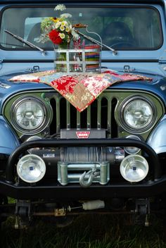 I so love this idea! Of course, not here in Indiana . but can you see doing this at Death Valley or Valley of Fire? Fourth of July Picnic for two: jeep, quilt, fresh flowers . Old Jeep, Jeep Cj, Jeep Sahara, Jeep Scrambler, Vintage Jeep, 4x4 Trucks, Jeep Cherokee, Jeep Life, Happy Campers
