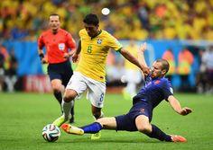 Ron Vlaar réalise un tacle parfait sur Paulinho qui filait au but.