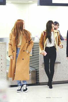 Blackpink rosé and jennie outfits Blackpink Outfits, Casual Outfits, Fashion Outfits, Blackpink Fashion, Daily Fashion, Korean Fashion, Geisha, Estilo Grunge, Popular Girl