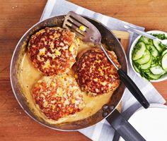 Testa det här receptet där biffarna görs på kycklingfärs istället för nötfärs. Till de goda kycklingbiffarna serveras kokt potatis samt en god, len gräddsås och inlagd gurka som du fixar själv på nolltid! Swedish Recipes, Freezer Meals, Lchf, Chicken Recipes, Food Porn, Food And Drink, Dessert, Meat, Dining
