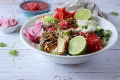 Burrito Bowl er en lækker og farverig salat, hvori du samler alt det bedste fra det mexicanske køkken. Her i en version med kylling, salsa og avokado.