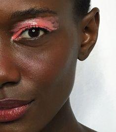 Passo número 4 - Local de aplicação do batom: Cada um tem um lugar específico que fica mais queimadinho no rosto quando pega sol. Alguns coram mais nas bochechas, outros no nariz... O ideal é imitar a forma natural do seu queimadinho de praia, aplicando na maçã do rosto (parte alta das bochechas) e meio do nariz, criando uma linha vermelha entre os dois. Em seguida, o passo é esfumar. modelo - maquiagem-beleza-sombra-glossy-colorida - sombra-glossy - verão - estúdio
