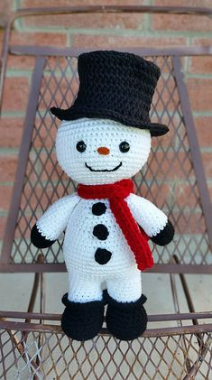 The snowman Made using Drops Paris Worsted weight. Crochet Christmas Decorations, Christmas Crochet Patterns, Holiday Crochet, Christmas Knitting, Christmas Toys, Christmas Snowman, Wood Snowman, Primitive Snowmen, Primitive Crafts