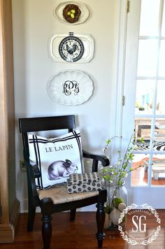 You are going to love this collection of Basic DIY Farmhouse Project & Tips to get the Fixer-Upper Style! So many basics that will add to your home! Vibeke Design, Funky Junk Interiors, Farmhouse Chic, Fixer Upper, Decorating Tips, Gallery Wall, Dishes, Living Room, Modern