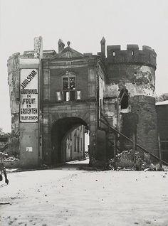 Sabelpoort. Deze foto toont de gehavende Sabelspoort in 1945. Het zou tot 1953 duren eer de poort weer volledig was hersteld. In 2007 is de poort gerestaureerd nadat er brokstukken naar beneden waren gekomen.