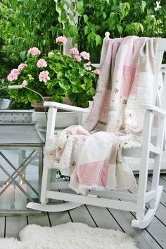Med alle disse rosa pelargoniene i hus,blir man preget...      av en litt romantisk stil...Og hva har jeg i tekstiler med litt rosa,tenk...