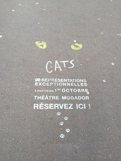 パリでは道路にプリントしてしまう広告が登場したらしい。CATSの足跡がキュート。