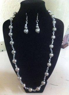 collar sencillo pero elegante de perlas cristal color plomo en $150.00