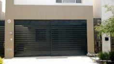 Puerta corrediza de cochera con barrotes horizontales gruesos y delgados intercalados