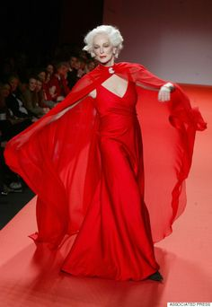 """Carmen Dell'Orefice landed her first Vogue cover at age and her latest cover, at age is unlikely to be her last. The world's """"oldest working mode. Carmen Dell'orefice, Grandma Dress, The Blonde Salad, Wearing All Black, Older Women Fashion, Womens Fashion, Older Models, Advanced Style, Ageless Beauty"""