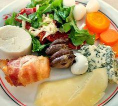 Salada cenoura ovos de codorna coração frango enrolado no bacon e queijo... .  Porque a dieta não é só ovo e alface - ela também pode ser variada e saborosa! . .  #senhortanquinho #paleo #paleobrasil #primal #lowcarb #lchf #semgluten #semlactose #cetogenica #keto #atkins #dieta #emagrecer #vidalowcarb #paleobr #comidadeverdade #saude #fit #fitness #estilodevida #lowcarbdieta #menoscarboidratos #baixocarbo #dietalchf #lchbrasil #dietalowcarb