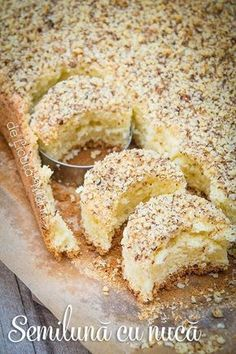 Grozav de bune aceste prajiturele! Pandispan pufos invelit cu un strat generos de nuca crocanta! Usor de preparat, sunt perfect...