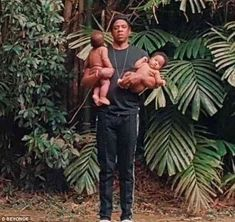 Beyonce and Jay Z sent fans into a spin by posing with two babies in photos projected onto the screen on the first night of their On The Run II Tour in the UK on Wednesday. Beyonce Family, Beyonce Show, Beyonce Style, Beyonce And Jay Z, Beyonce Kids, Beyonce Twin, King B, Blue Ivy Carter, Run Tour