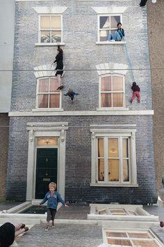 Espelhos criam ilusão em instalação nas ruas de Londres