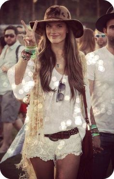 Your Bohemian Fashion Guide and Free Embellished Hippie Chic Hat Design and Instructions Hippie Style, Hippie Mode, Look Hippie Chic, Estilo Hippie Chic, Bohemian Mode, Gypsy Style, Boho Gypsy, Bohemian Style, Modern Hippie