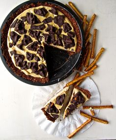Chocolate Peanut Butter Pretzel Pie (a mouthful—but a delicious one) Peanut Butter Pretzel, Peanut Butter Recipes, Raw Food Recipes, Sweet Recipes, Dessert Recipes, Vegetarian Recipes, Vegan Pie, Vegan Foods, Vegan Dishes