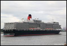 Queen Elisabeth am Morgen früh auf der Elbe beim Holzhafen in Hamburg
