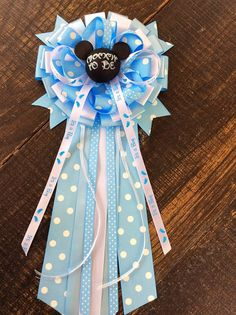 Mickey Mouse baby shower mommy to be bow by Marshmallowfavors Distintivos Baby Shower, Bebe Shower, Baby Shower Gifts, Mickey Mouse Baby Shower, Baby Mouse, Minnie Mouse Decorations, Mickey Party, Baby Disney, Bow