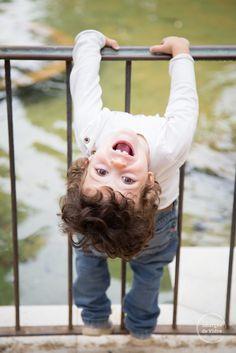 Niño jugando y riendo, sesión de fotos. kid playing and laughing, photoshoot. http://imatgesdevidre.com
