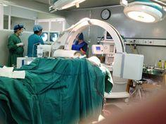 BS.Nguyễn Phan Tú Dung đang kiểm tra hàm qua máy x quang C-arm, đây là bước quan trọng xem khớp hàm trên và dưới có cân xứng hay chưa? Kiểm tra hàm có đưa về trước hay về sau quá mức hay không. Khi phẫu thuật chỉnh hô móm thì phải dùng máy C-arm kiểm tra chính xác trước khi cố định hai hàm. Trước đây khi phẫu thuật chỉ ước chừng xem bằng định tính, bây giờ với máy Swiss ray C-arm thì việc đánh giá chính xác đến từng mm, đảm bảo hàm sau phẫu thuật luôn cân đối.