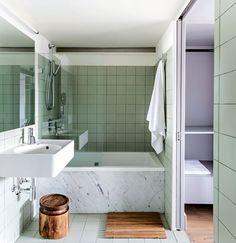 Im Bad verblendet Carrara-Marmor die Wanne (die mintgrünen Fliesen sind von Mosa, das Waschbecken ist von Duravit). (Foto: Nicholas Worley)