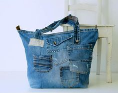 Unique handmade denim shoulder bag with leather strap made of old recycled jeans. For this jeans bag I used the most beautiful parts of the jeans, it will fit perfect with your new fall look! The jeans bag is big en strong enough for daily use beacause of the thick denim and reinforced bottom. Inside the bag there is a big pocket with two compartments for your valuables like keys, phone and wallet. Materials: medium blue old Replay jeans 100 % cotton lining, white with small blue flower…