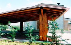 Carport modello Plus + sbalzo, dimensioni cm 900 x 700. Struttura sorretta da quattro colonne e due puntoni, soffitto in legno perlinato, canali di gronda in rame, guaina catramata, copertura in tegole di laterizio.