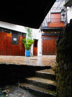 Jarreo de agua en la salida mediante escaleras de un pasadizo entre la calle Miguel Angel Maillo y la calle del Peso.