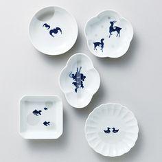 5つの伝統柄をリデザイン。蝙蝠(こうもり)は「幸福」、鹿は「長寿」、龍は「出世」、金魚は「金運」、そしておしどりは「円満」を表現しています。 Elements Of Design, Japanese Pottery, Best Dishes, Ceramic Design, Dinnerware Sets, Decorative Plates, Arts And Crafts, Porcelain, Tableware