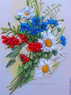 Купить Картина вышитая лентами Букетик с рябиной (белый синий оранжевый) - ромашки, васильки