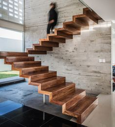 Immagine scala in legno moderna e lineare, dal design essenziale, senza ringhiera - idee scale moderne