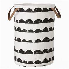 Den trendiga förvaringskorgen Half Moon från Ferm Living passar perfekt som tvättkorg eller bara som snygg förvaring. Korgen är tillverkad i bomull och har ett läckert mönster i svart och vitt. Välj mellan två storlekar.