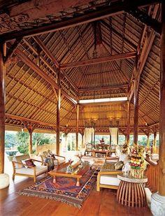 """INDONÉSIA.  """"Criamos uma atmosfera de Bali com campos de arroz em socalcos, arte balinesa e arquitetura, e um monte de surpresas artísticas"""", diz Bill Bensley, descrevendo seu projeto para um retiro de fim de semana de um casal na ilha indonésia de Java. Bensley configurou o espaço de vida no estilo de um Wantilan, um pavilhão de reunião aberto dos lados, encontrados no centro da maioria das aldeias em Bali.  Fotografia: Erhard Pfeiffer."""